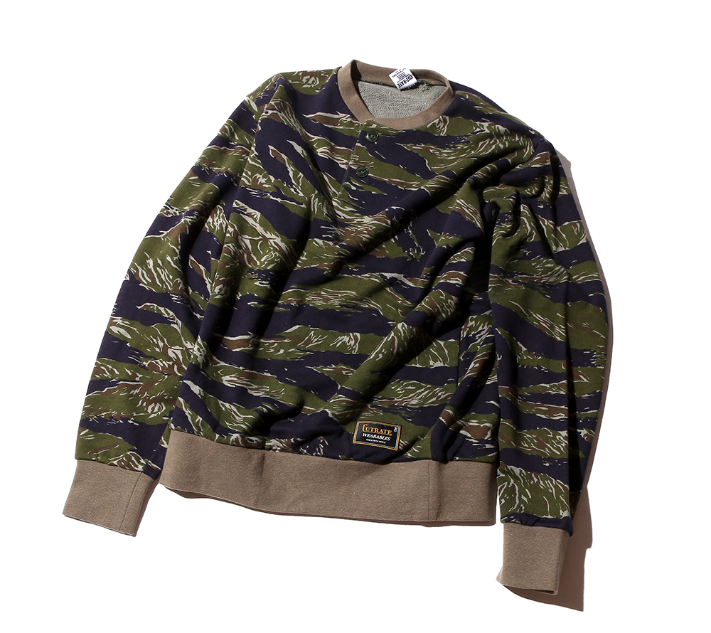CAMO HENLEY NECK SWEAT
